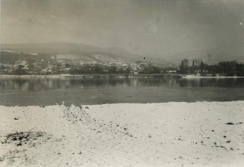 Leányfalu, téli Duna-part látképe