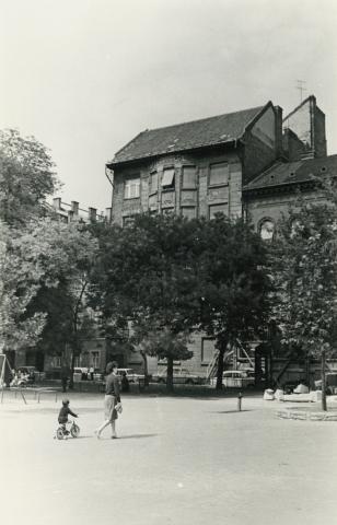 Budapest, Ferenczy István utca 14. számú épület látképe a Károlyi-kertből