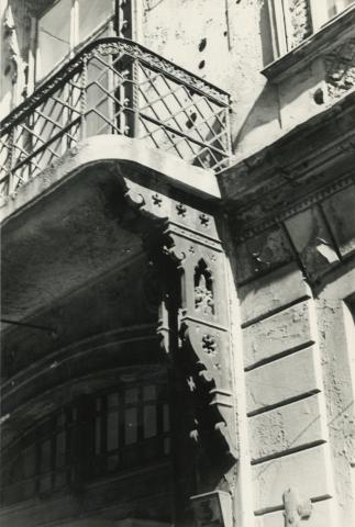 Budapest V. kerület,  Sas (egykori Guszev) utca 3. számú épület utcai homlokzatán lévő erkélyrészlet