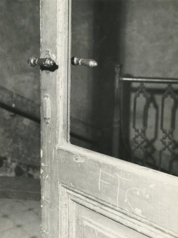 Budapest V. kerület,  Sas (egykori Guszev) utca 3., lépcsőház, függőfolyosóra nyíló ajtó