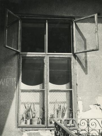 Budapest V. kerület,  Sas (egykori Guszev) utca 3., gangra nyíló ablak