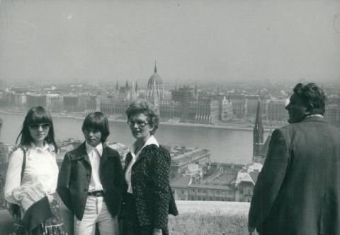 Turisták Budapesten, háttérben a Parlament