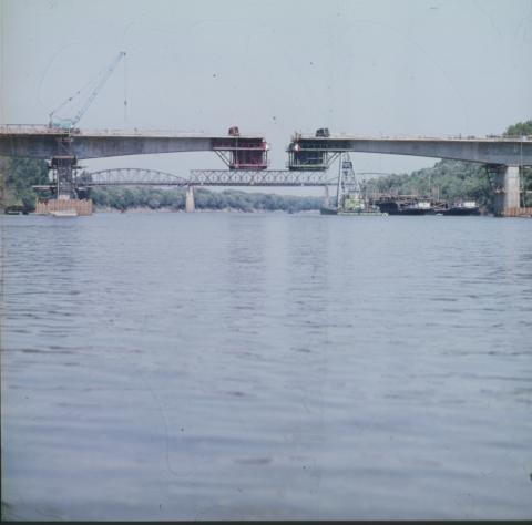 Látkép az épülő Szentes–csongrádi közúti Tisza-hídról, háttérben a vasúti híd