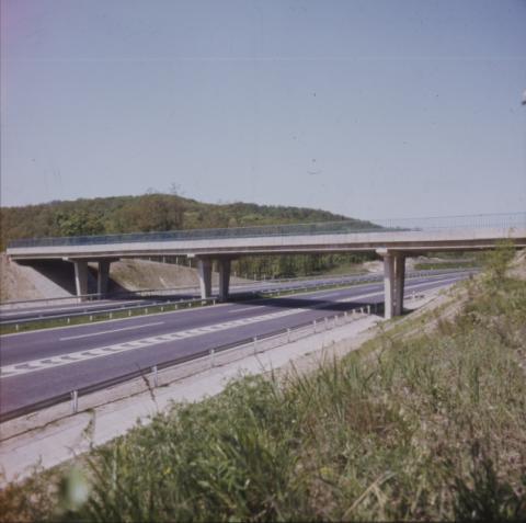Autópálya felett átívelő híd