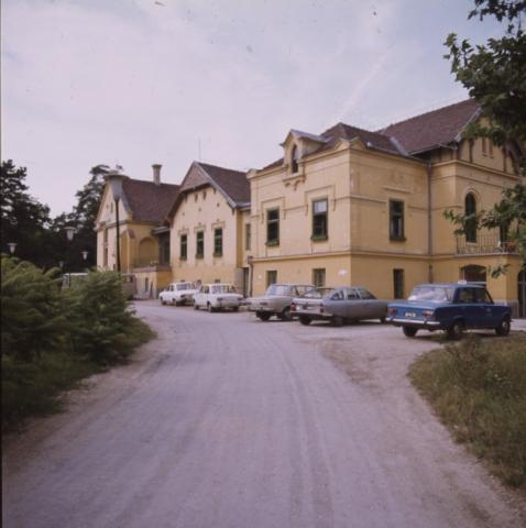 A Hotel Diana az M1 autópálya mellett