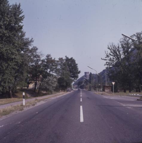 A 11-es út Visegrádnál, háttérben a Salamon-torony