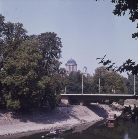 Esztergomi városi látkép a patak partról, háttérben a bazilikával