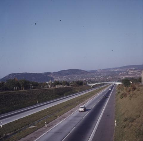 A Budai-hegység látképe délnyugatról, az M7-es autópálya felől nézve