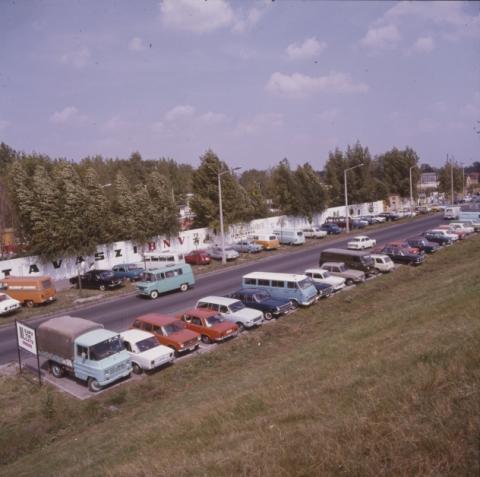 Parkoló autók a BNV területe mellett