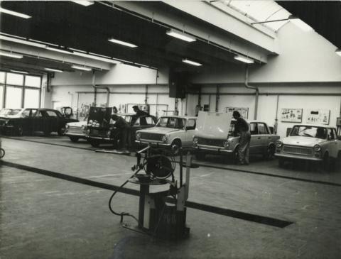 A debreceni Merkur-telep gépkocsiátadó műhelye