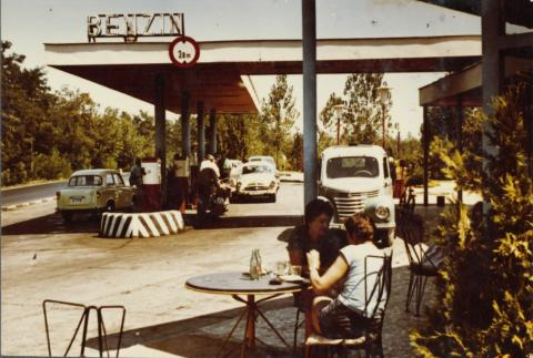 A siófoki benzinkút kávézója