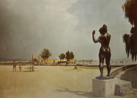 Marton László Fürdő után című szobra a keszthelyi sétányon