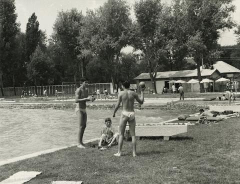 Labdázó gyerekek a csopaki strandon