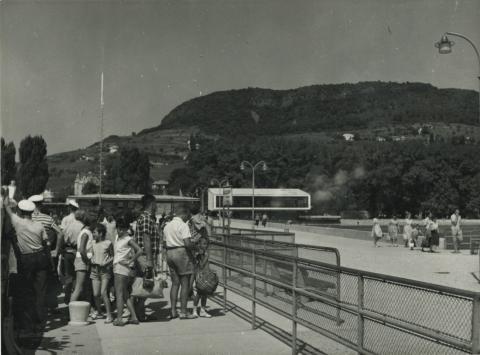 Badacsony kikötője háttérben a Tátika Étteremmel