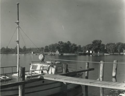 Keszthelyi móló háttérben a Szigetfürdő 1961 előtti épületével