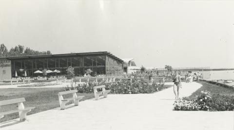 Az alsóörsi strand a Sirály Étteremmel