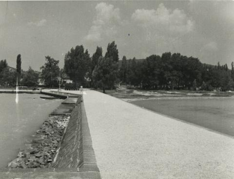 Az alsóörsi móló a Sirály Étterem építési területével a háttérben