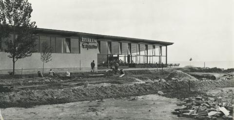 Az alsóörsi Sirály park közművesítése háttérben az épülő Sirály Étteremmel