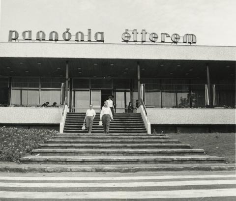 A balatonalmádi Pannónia Étterem főbejárata