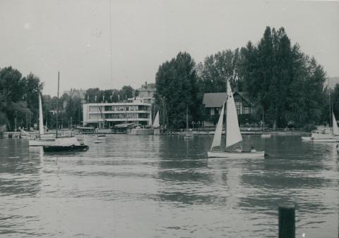 A füredi Vitorlás Club a Balatonról nézve