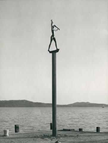 Borsos Miklós Balatoni szél című szobra Balatonfüred kikötőjében