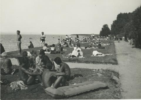 Fürdőzők a fonyódi strandon