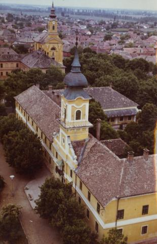 A nagykőrösi polgármesteri hivatal épületének képe a Református templom tornyából