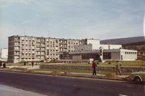 Tatabánya, Újvárosi lakótelep, Komáromi utca, szemben a Turul mozi