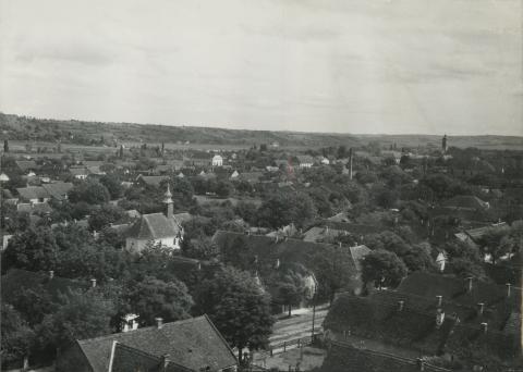 Kilátás a bonyhádi Dózsa György úti evangélikus templom tornyából