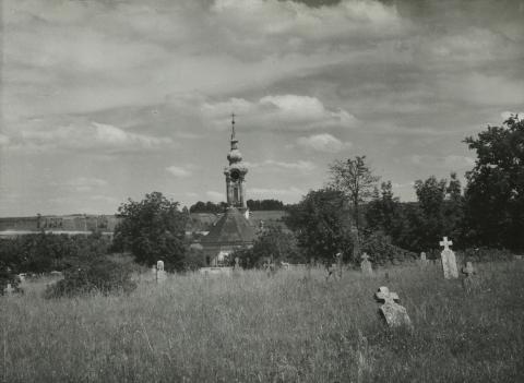 A bonyhádi régi evangélikus temető, háttérben az evangélikus templommal