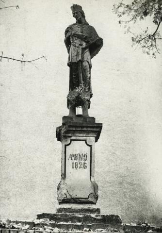 Nepomuki Szt. János szobra az abonyi római katolikus templom mögött