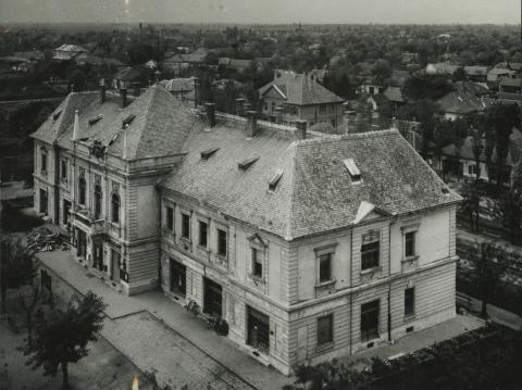 Az abonyi egykori Tanácsház épülete madártávlatból