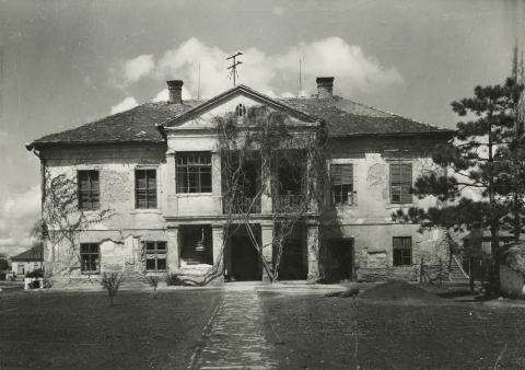 Az abonyi Hirn M. kastély főhomlokzata