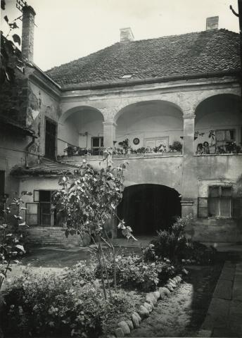 Gyöngyös, Kossuth Lajos utca 8. számú lakóház udvara