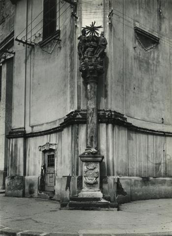 Gyöngyös, Mária koronázása-szobor a Szent Bertalan-templom sarkán