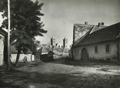 Gyöngyös, Szent János utca, háttérben a Szent Bertalan-templom