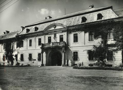 A gyöngyösi vármegyeháza, egykori kvártélyház, méntelep