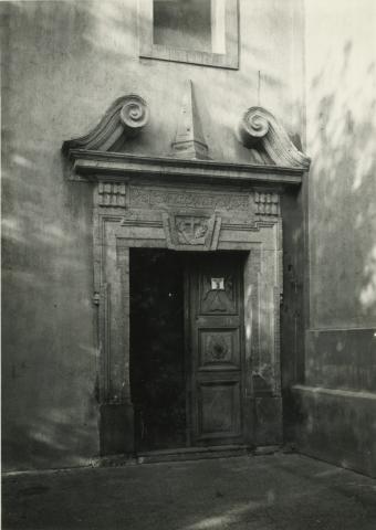 A Gyöngyösi Sarlós Boldogasszony Ferences templom kolostorkapuja