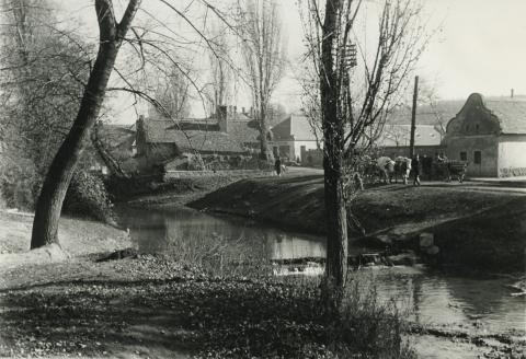 Az ajkai Alkotmány utca képe a Torna patakkal