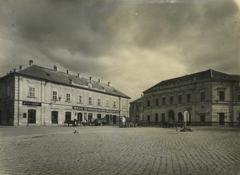 A bajai Béke tér épületei