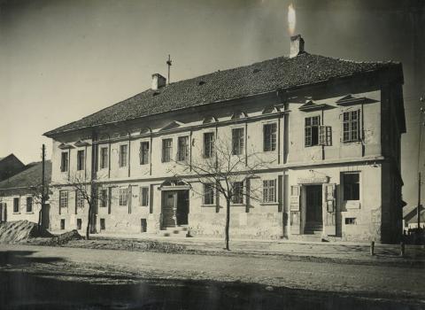 A bajai Dózsa György utca 18. szám alatti lakóépület