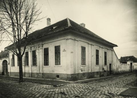 Saroképület a bajai Batthyány utca 24. és Szamuely utca 12.  találkozásánál