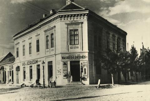 A bajai Arany János utca és Kossuth Lajos utca sarkán lévő épület
