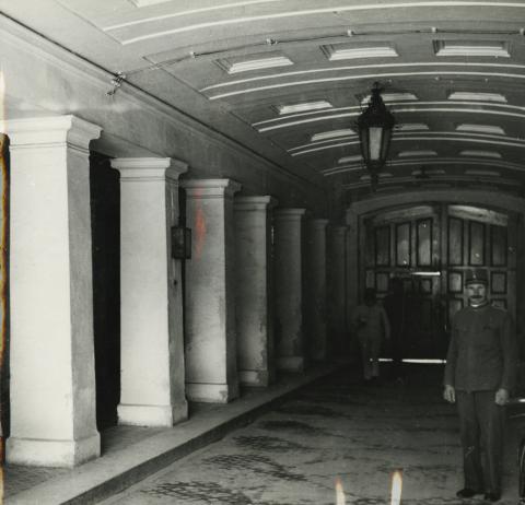 A balassagyarmati egykori megyeháza kapualja