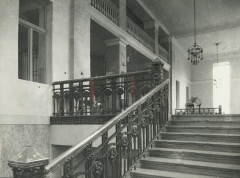 A balassagyarmati egykori megyeháza lépcsőháza az eredeti mellvéddel