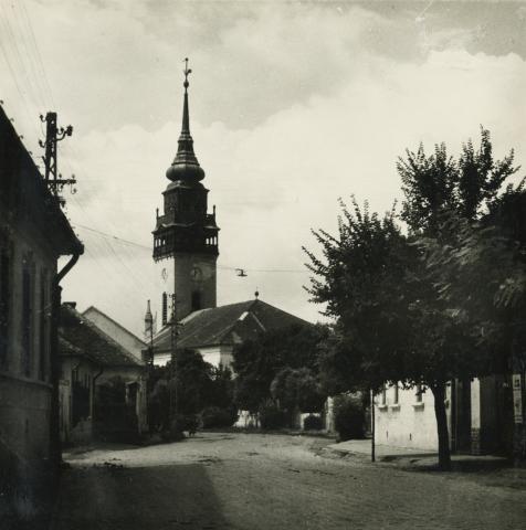 A nagykőrösi református templom a Szolnoki út felől