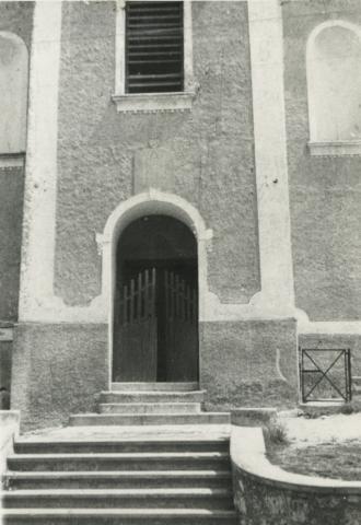 A gyulakeszi római katolikus templom bejárata