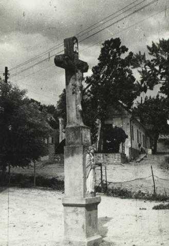 Kőkereszt a balatoncsicsói római katolikus templom előtt