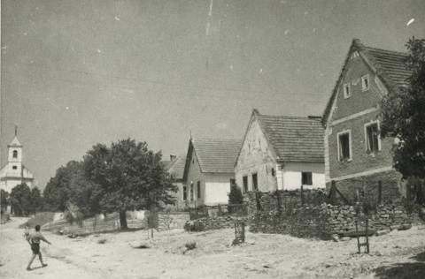 Hidegkút Fő utcája a római katolikus templommal