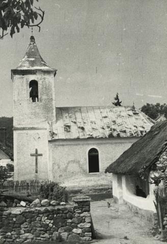 A balatonhenyei római katolikus templom és a Kossuth utca 97. szám alatti lakóház